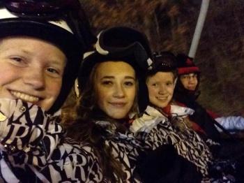 3 blide jenter i skiheisen kl 01:30