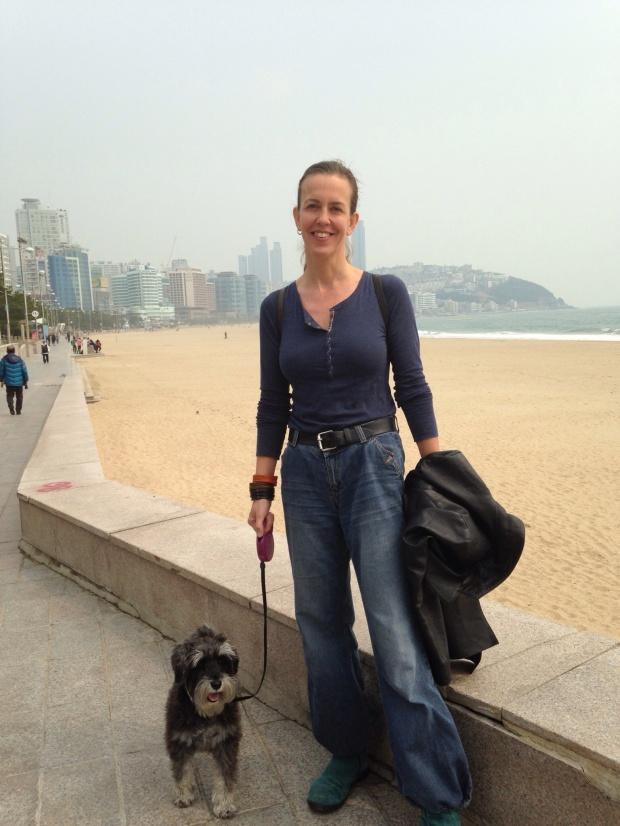 Doggie & Fruen på Hyundae Beach