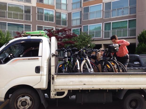 truck getting bikes